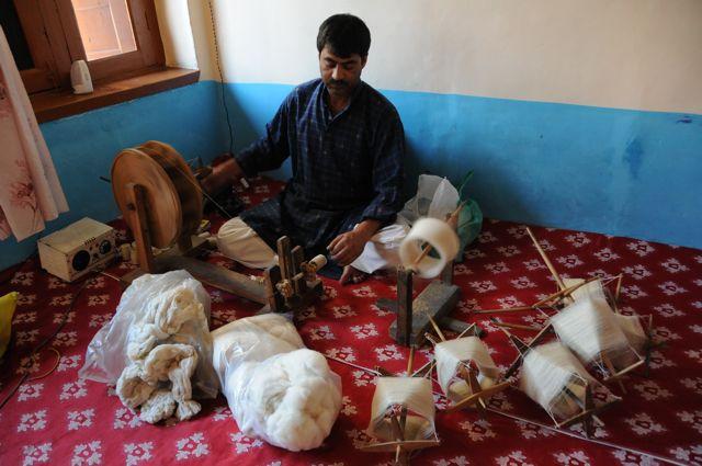 Il filato di cashmere pashmina è montato su matassine da tessere