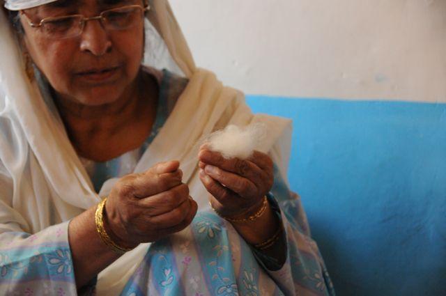 Le duvet de pashmina est un cachemire très fin recolté sur les chèvres pashmina à plus de 4500m d'altitude dans l'Himalaya. Le pashmina ressemble a un nuage de moelleux et de douceur...