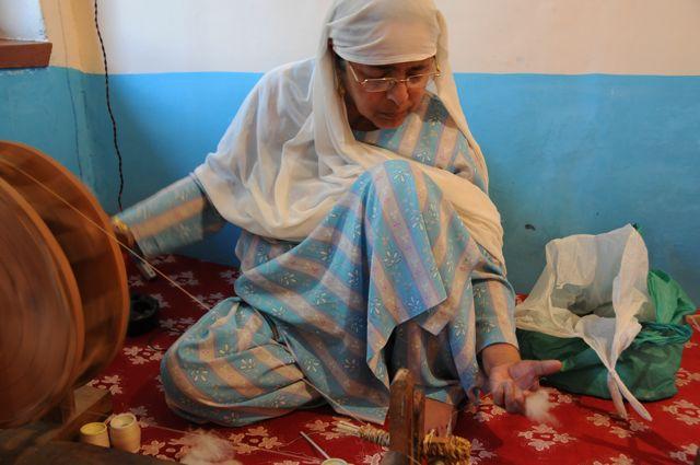 La pashmina di cashmere 100% è filata a mano con una ruota che gira per ottenere un filato di pashmina in puro cashmere
