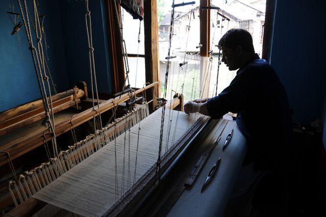 La pashmina al 100% cashmere è tessuta a mano: è un lavoro vecchio e scrupoloso, il filo di pashmina in cashmere è molto fine e va maneggiato delicatamente. Gli operai del Kashmir tessono la vera pashmina per secoli