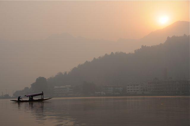 Shikara sul lago Dal