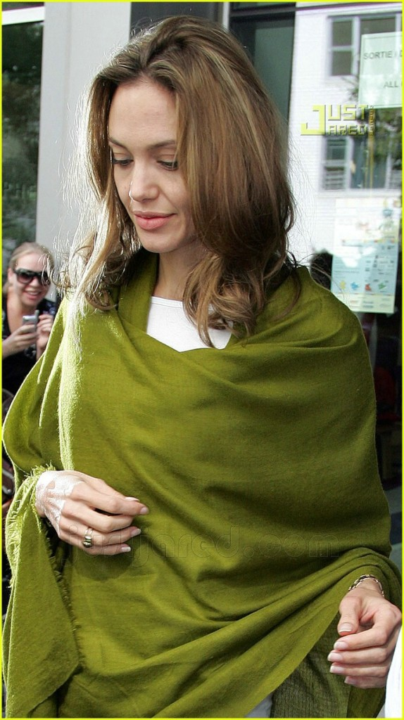 celebrities and pashminas : Angelina jolie