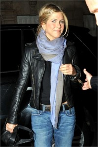 celebrities and pashminas : jennifer aniston