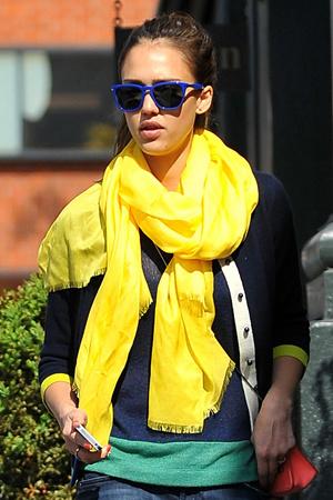 jessica alba aime son pashmina jaune