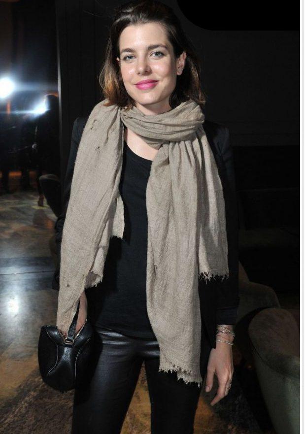 Charlotte Casiraghi adore son pashmina beige naturel