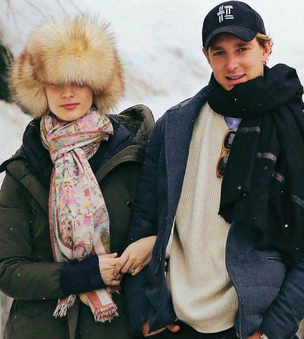 Pierre casiraghi et Beatrice Borromeo portent tous les deux des pashminas