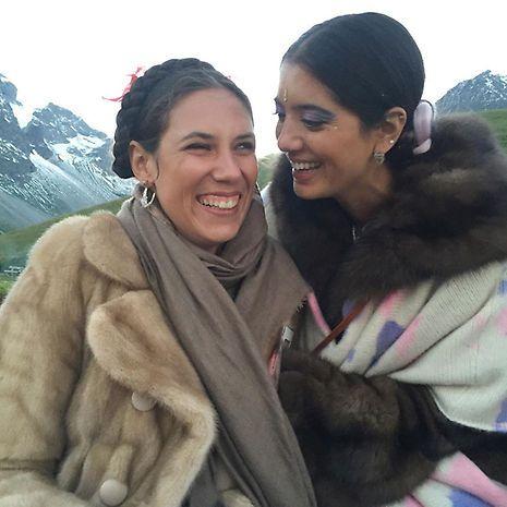 Tatiana Santo Domingo Casiraghi et son véritable pashmina beige taupe