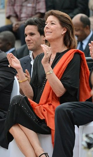 Caroline de Monaco porte une étole pashmina orange