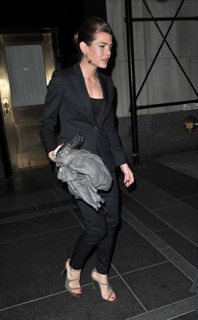 Charlotte Casiraghi e la sua pashmina in cashmere grigio