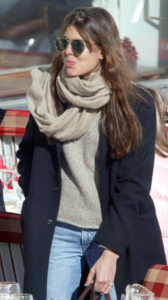 Charlotte Casiraghi est fan de véritable pashmina beige naturel