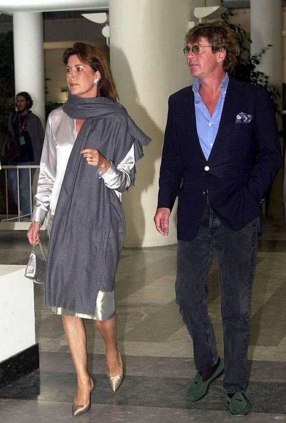 Caroline de Monaco porte un pashmina en cachemire gris orage