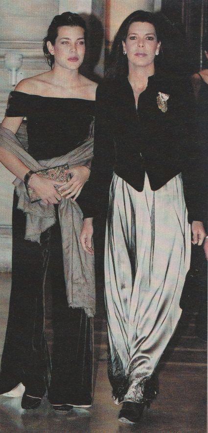 Charlotte Casiraghi toujours avec son pashmina beige