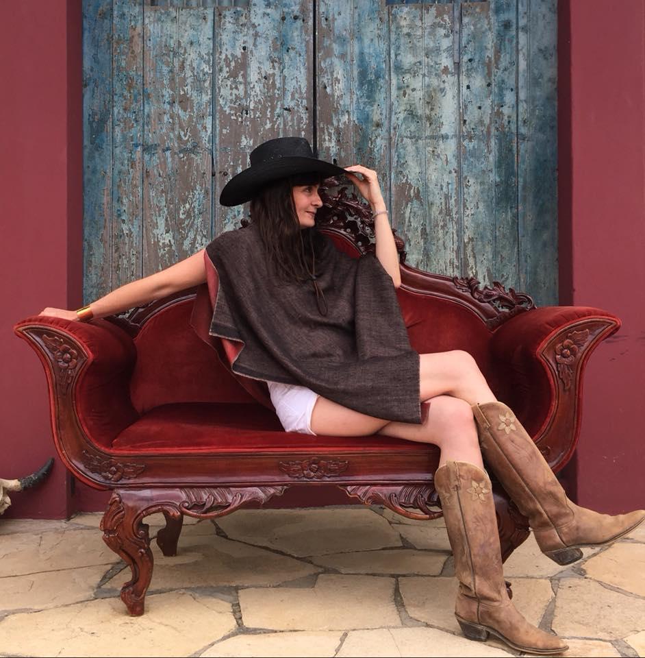 le poncho pashmina porté coté noir pour un style cowboy très tendance