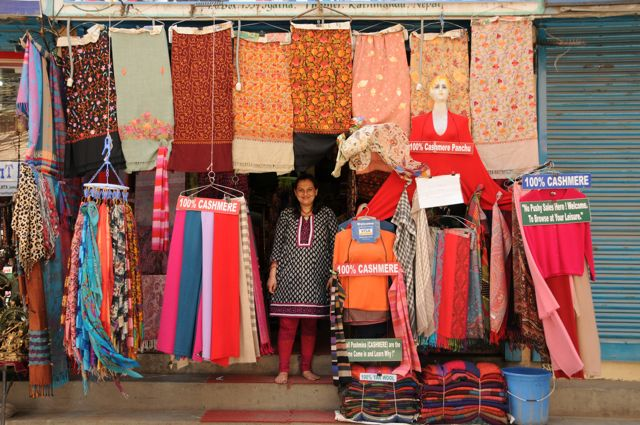 Das Touristenzentrum von Kathmandu ist voll von Geschäften, die Kaschmirartikel verkaufen